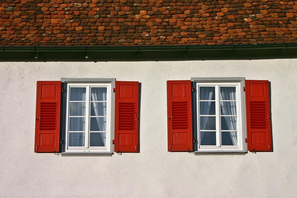 červené okenice