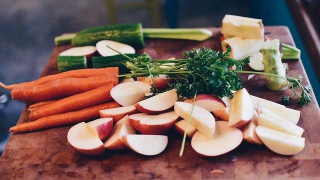 zelenina a ovoce na prkýnku